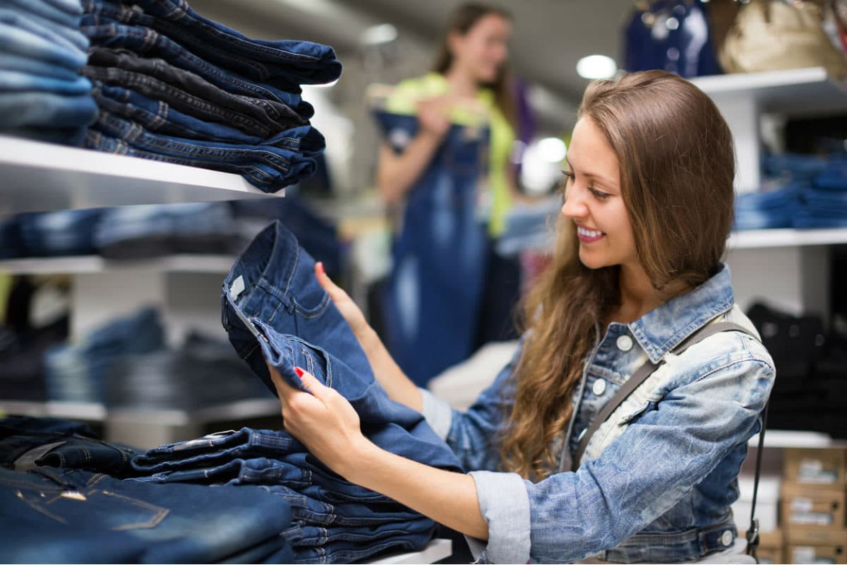 woman trying to find the best jeans
